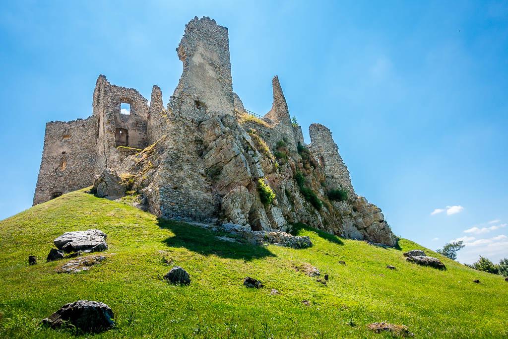 Jedná sa o gotický hrad postavený niekedy v 13. storočí, ktorý bol začiatkom 18. storočia zničený. Leží kúsoček od vrchu Skalka v nadmorskej výške 488m v pohorí Tríbeč